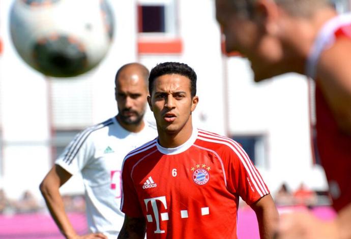 Thiago Alcântara com Guardiola no Bayern de Munique (Foto: Divulgação / Bayern de Munique)