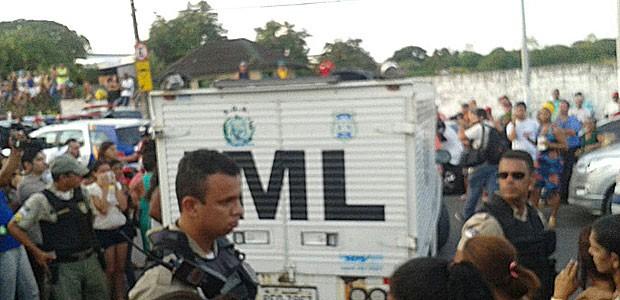 Equipe do IML também esteve no Complexo do Curado, nesta terça; a morte de mais um detento foi confirmada pelo governo, no fim da tarde (Foto: Katherine Coutinho / G1)