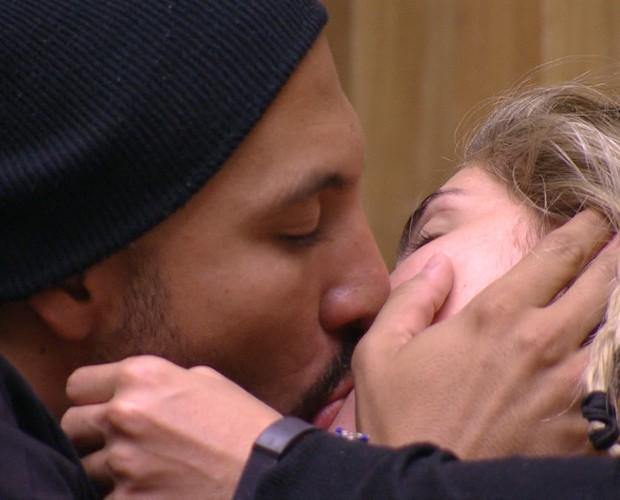 Fernando e Aline se beijam intensamente (Foto: Gshow / BBB)