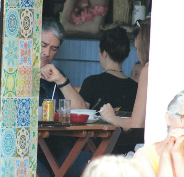 Bonner almoçou acompanhado neste sábado (22) (Foto: AgNews)