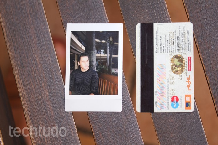 Fotos da Instax Mini 8 têm tamanho compacto (Foto: Luana Marfim/TechTudo)