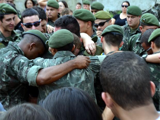 Muita emoção no enterro do cabo Michel Augusto Mikami em Vinhedo, SP (Foto: Lana Torres/G1)