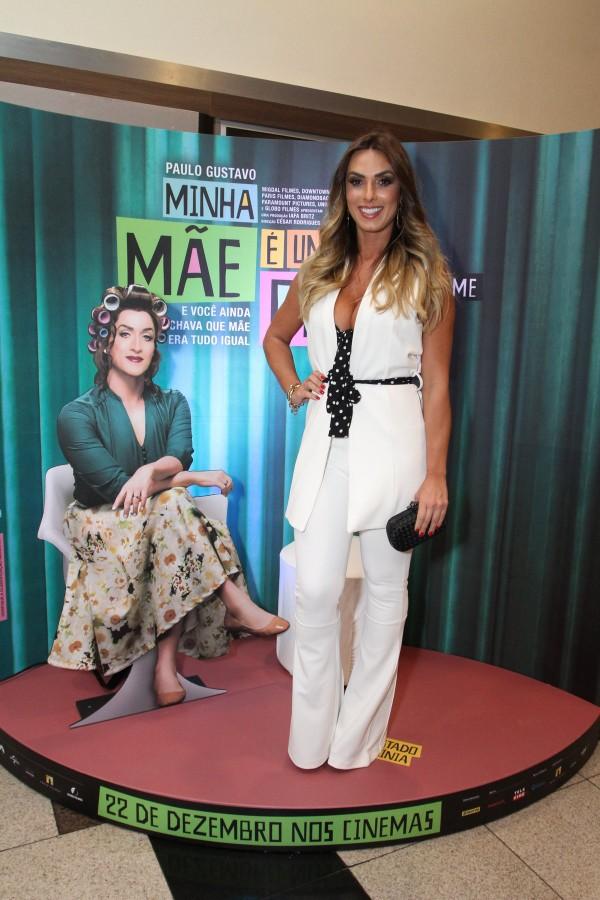 Nicole Bahls capricha no decote em estreia de filme, no Rio