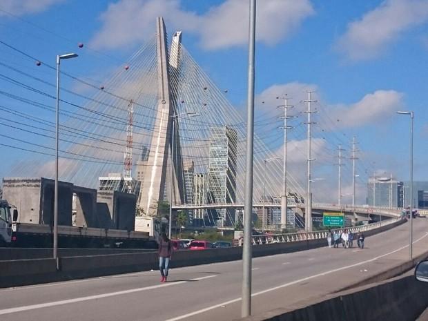 Ponte Estaiada está bloqueada para a passagem de veículos