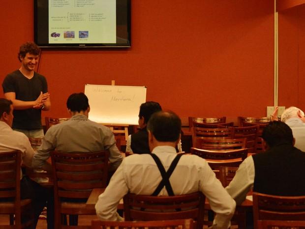O professor de inglês Bruno Baptista ministra aula para garçons em churrascaria (Foto: Felipe Albertoni/G1)