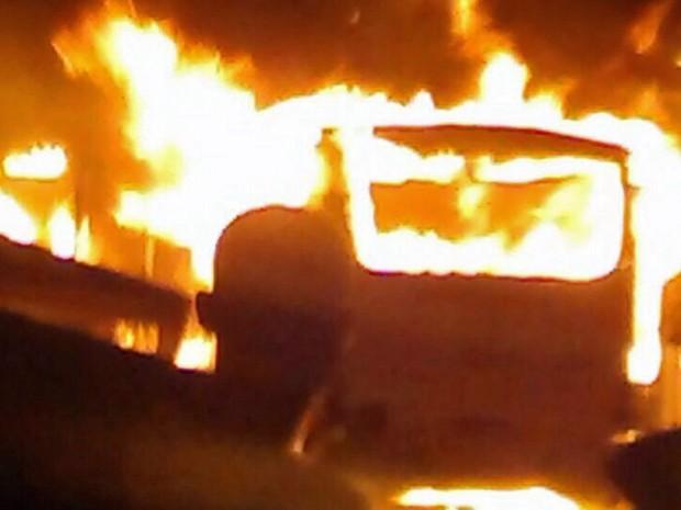 Ônibus foi incendiado na comunidade do Detran, na Zona Oeste do Recife (Foto: Reprodução / WhatsApp)