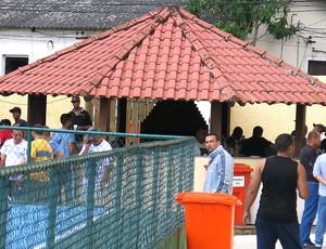 churrasco ao lado do treino do Fluminense (Foto: Edgard Maciel de Sá)