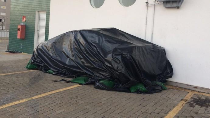 Carro de Daniel Nepomuceno foi coberto por uma lona após o acidente (Foto: Luciana Machado)