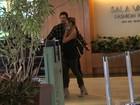 Luciano Szafir passeia com a namorada em shopping no Rio