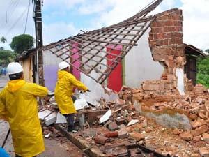 Defesa Civil está demolindo casas em áreas de risco (Foto: Divulgação)