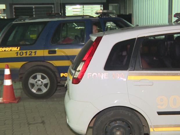 Presos voltam a esperar vagas em presídios dentro de viaturas, Canoas (Foto: Reprodução/RBS TV)