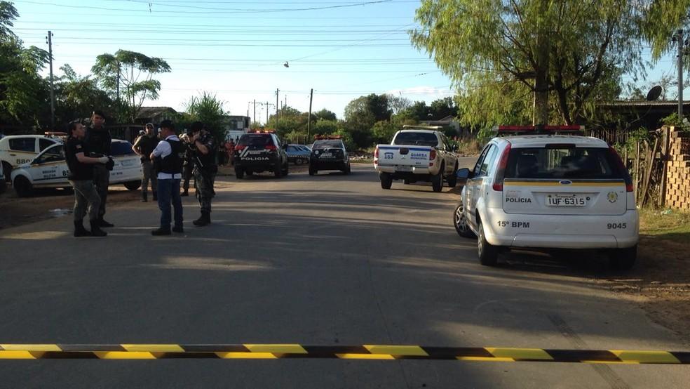 Crime ocorreu na Estrada Passo do Nazário, em Canoas (Foto: Roberta Salinet/RBS TV)