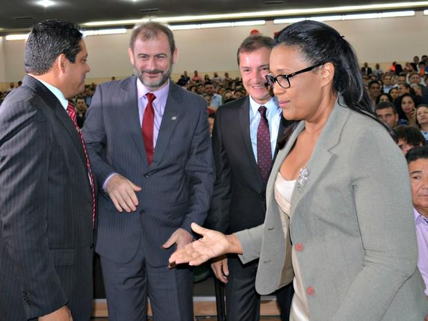 Prefeito e vice sendo acompanhados por vereadores eleitos na cerimônica de posse, em Porto Velho (Foto: Hosana Morais/G1)