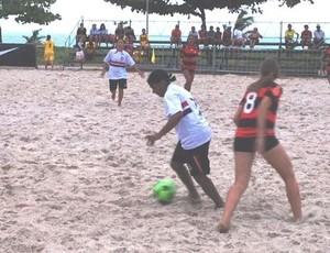 Atletas de Flamengo e Sport Recife disputam bola no Campeonato Brasileiro de Clubes feminino de futebol de areia (Foto: Divulgação/CBBS)