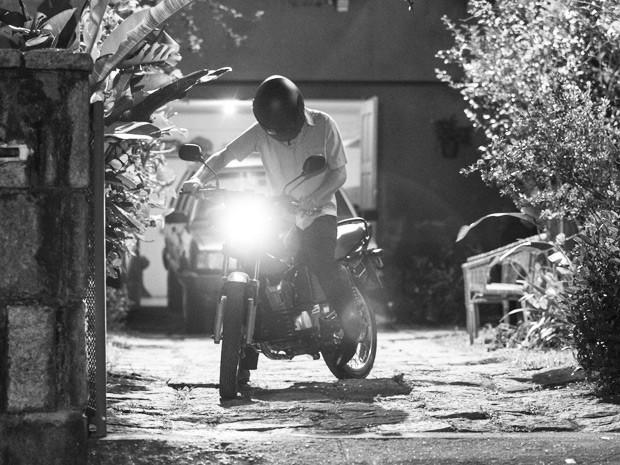 Após a discussão, ele pegou a moto e saiu descontrolado  (Foto: Raphael Dias/Gshow)