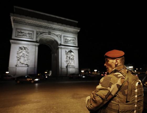 Oficial do exército em frente ao Arco do Triunfo, na Champs-Élysées, em Paris - a área foi fechada pela forças de segurança depois que um atirador abriu fogo contra policiais, deixando um oficial morto e dois feridos. (Foto: THOMAS SAMSON/AFP)