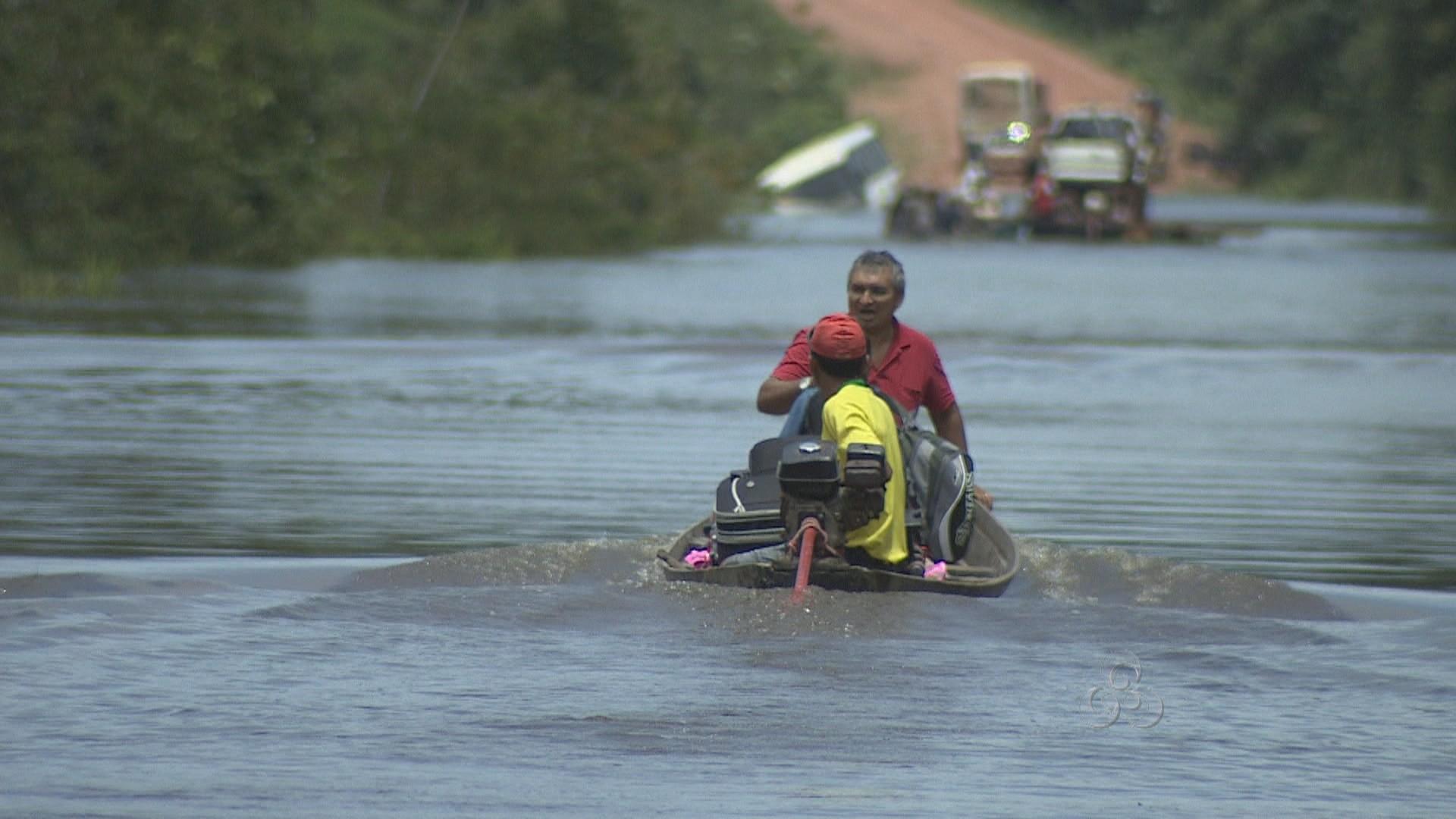 Passageiros são transportados de lanchas (Foto: Bom Dia Amazônia)