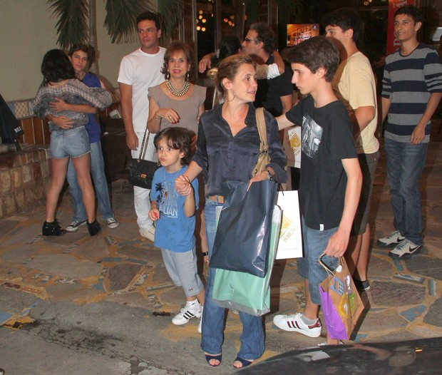 Adriana Esteves com os filhos no aniversário do filho de Marcos Ricca (Foto: Delson Silva / AgNews)