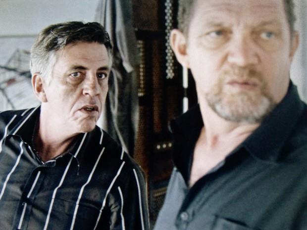 Major Fred e seu capanga invadem a casa de Bruno (Foto: O Rebu / TV Globo)