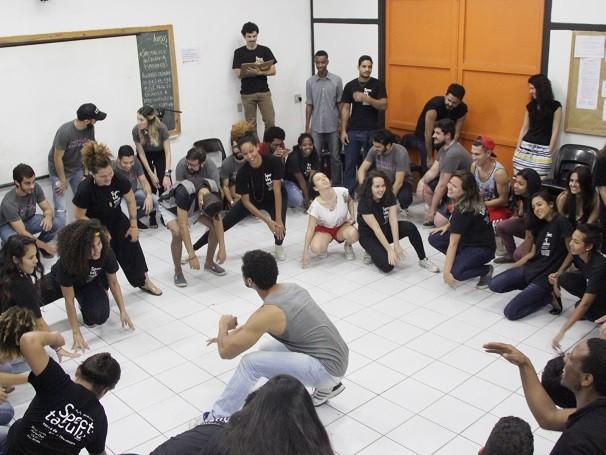 Mobilizadores e estudantes fazem oficina de expressão corporal durante oficina no Spectaculu (Foto: Divulgação/ Alexandre Horta)
