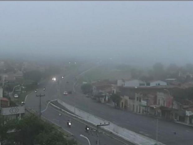 Sobral na Região Norte amanheceu com forte neblina nesta segunda-feira (13).  (Foto: Reprodução/TV Verdes Mares)
