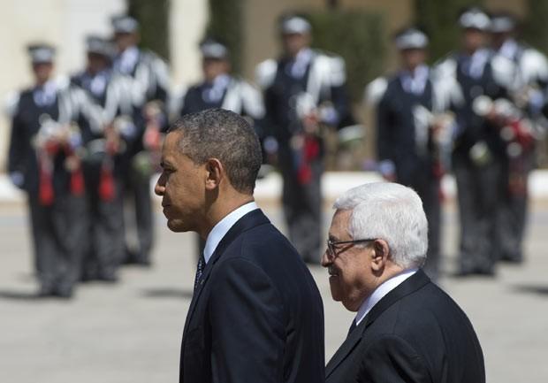 O presidente dos EUA, Barack Obama, e seu colega palestino, Mahmud Abbas, passam tropa em revista no QG da Autoridade Palestina em Ramallah, na Cisjordânia, nesta quinta-feira (21) (Foto: AFP)