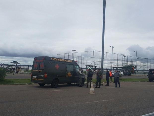 Ambulância das forças armadas atropelou dois ciclistas no Portal da Amazônia, em belém (Foto: Tainá Aires/ TV Liberal)
