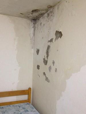 Profissionais denunciam condições insalubres em quartos de repouso de hospital de Natal (Foto: Anderson Barbosa/G1)