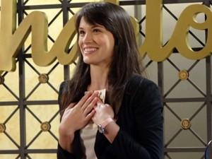 A secretária fica toda feliz com o presentinho (Foto: Guerra dos Sexos/TV Globo)