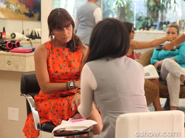 Clara fica perplexa com o que ouve da manicure: Marina é homossexual (Foto: Carol Caminha/ TV Globo)
