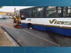 Asfalto cede e ônibus é 'engolido' por cratera em Barretos, SP; veja vídeo