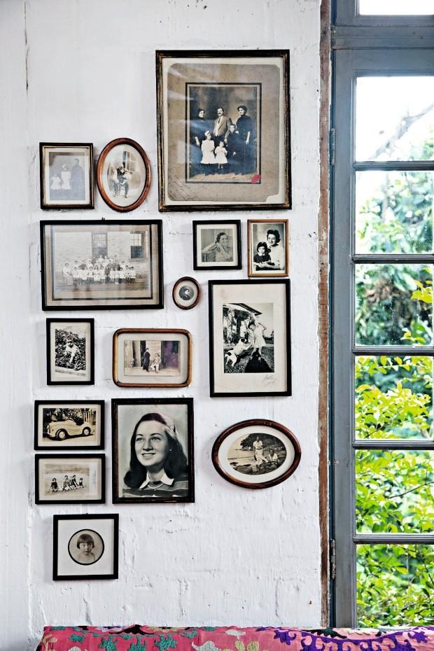 Porta-retratos antigos com fotos de família, mantidos nas molduras originais, intercalam formas retas e ovais (Foto: Evelyn Müller / Editora Globo)