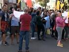 Funcionários de frigorífico protestam em frente ao Fórum de Bauru