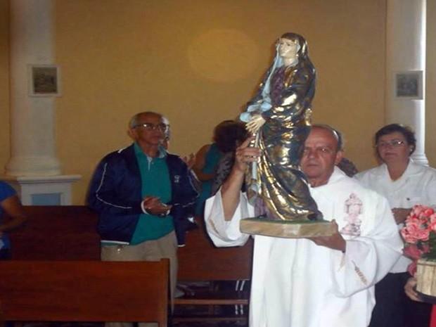 Padre é assaltado ao chegar em igreja em Passos (Foto: Hélder Almeida)
