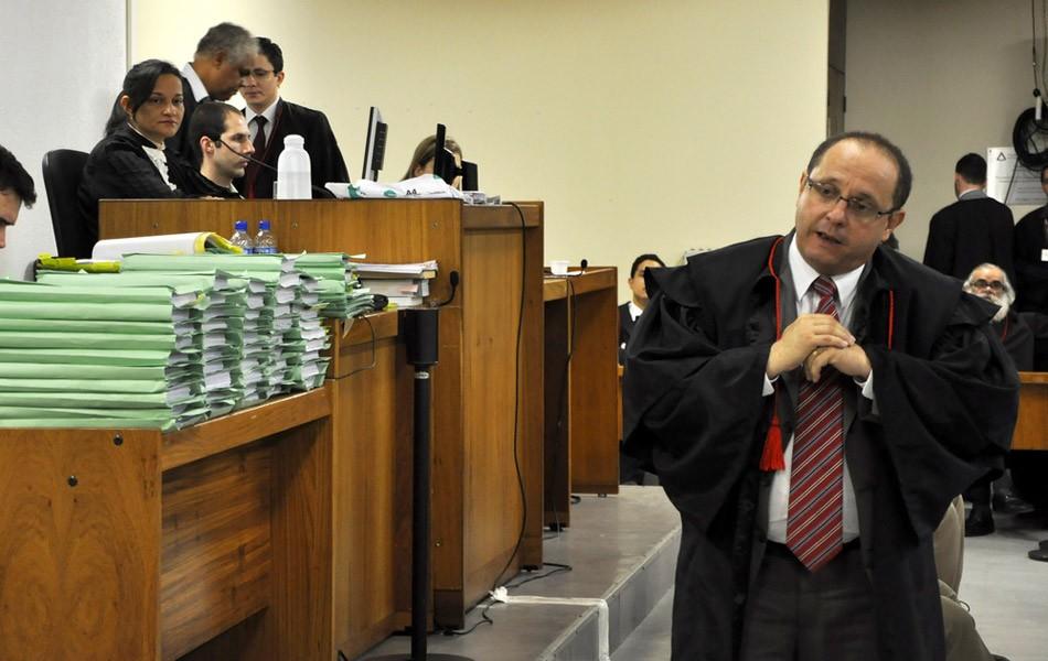 27/04/2013 - Juíza Marixa Fabiane observa o advogado Ércio Quaresma, que defende Bola (Foto: Renata Caldeira/TJMG)