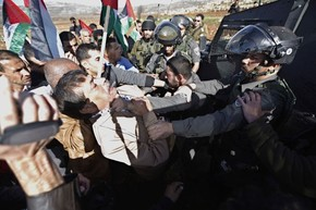 Ministro palestino Ziad Abu Ein briga com guarda de fronteira israelense perto de Ramallah pouco antes de ser morto nesta quarta-feira (10) (Foto: Mohamad Torokman/Reuters)