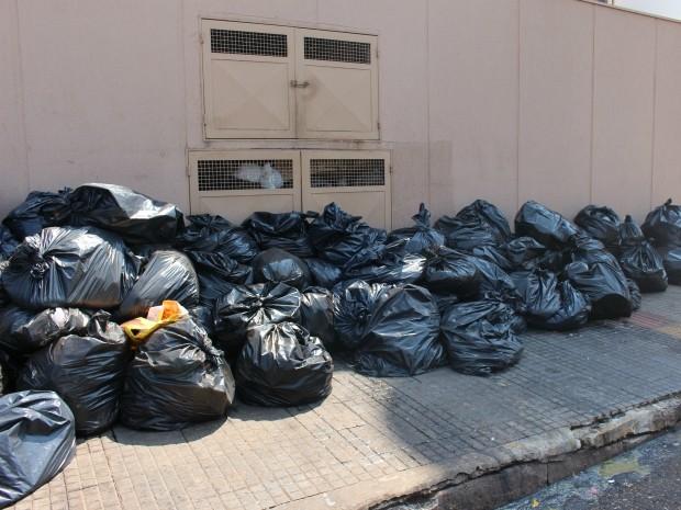 Em frente a supermercado, lixo tem mau cheiro que incomoda motoristas e pedestres (Foto: Gabriela Pavão/ G1 MS)