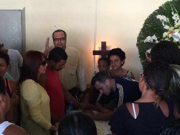 Muito emocionado, marido de Elisângela se despede da mulher no velório (Foto: Fernanda Rouvenat / G1)