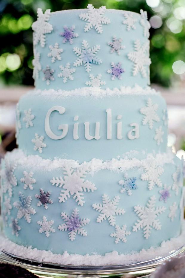 Bolo de festa infantil inspirado no filme 'Frozen'. (Foto: Elisa Mendes)