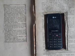 Celular encontrado dentro de livro na Penitenciária na Irmão Guido em Teresina (Foto: Marco Freitas / G1 pi)