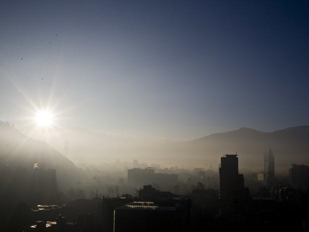 Santiago, no Chile, tem pré-emergência ambiental pela poluição que se intensificou no vale rodeado por colinas (Foto: AP Photo/Esteban Felix)