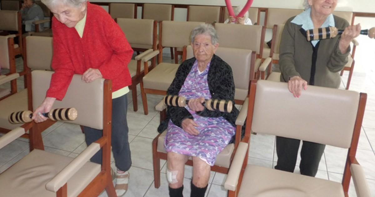Ficar muitas horas vendo TV no sofá diminui força nas pernas de idosos