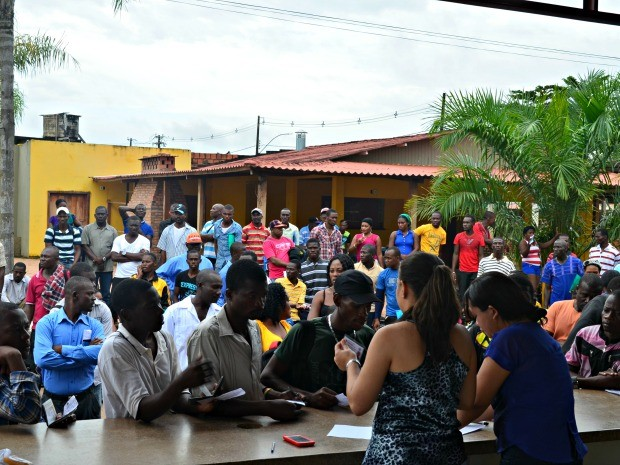 Para seguir viagem, triagem é feita para verificar se não há documentação pendente no abrigo de Rio Branco (Foto: Caio Fulgêncio/G1)