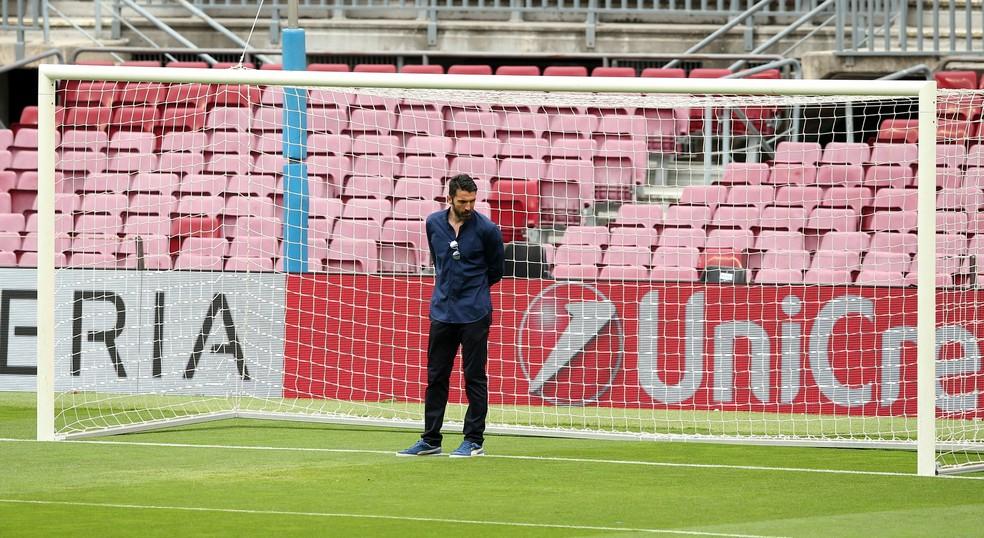 Buffon no reconhecimento de gramado no Camp Nou: ele será peça-chave para a Juventus (Foto: REUTERS / Albert Gea)