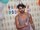 De blusa regata, ex-BBB Rodrigão comemora aniversário