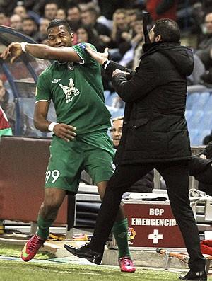 Diego Simeone agarra a camisa do jogador Salomón Rondón no jogo entre Atlético de Madri e Rubin Kazan (Foto: EFE)