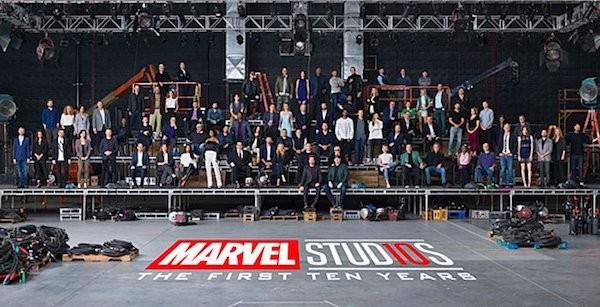 A foto reunindo todos os protagonistas, diretores e produtores do Universo Marvel, com o ator Robert Downew Jr à frente (Foto: Divulgação)