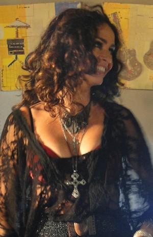 Claudia vive a sensual Pamela (Foto: Louco por Elas / TV Globo)