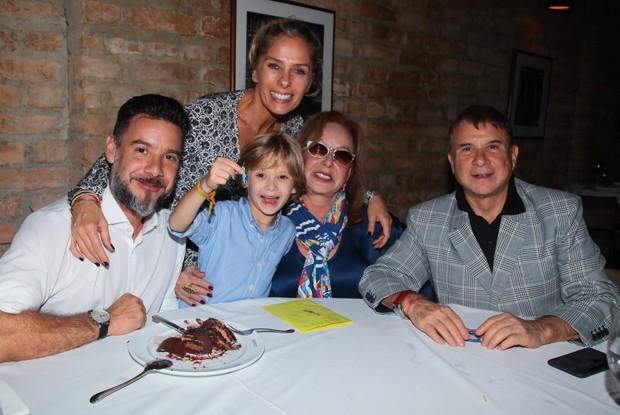 Adriane Galisteu com Alexandre Iódice e Vittorio, e os sogros, Valdemar e Sueli Iódice (Foto: Manuela Scarpa/Brazil News)