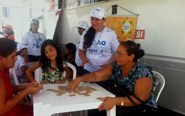 Diversão não tem idade para dona Margarida Lima, de 58 anos (Foto: Onofre Martins/Rede Amazônica)